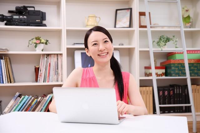 パソコンと女性と笑顔